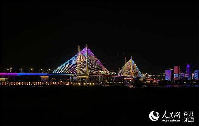 <b>武汉亮起25公里灯光秀 感谢北京驰援武汉</b>