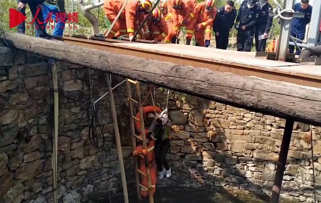 泰安一女子不慎落入10米深井 消防员急