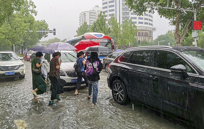 武汉暴雨致主城区多处积水