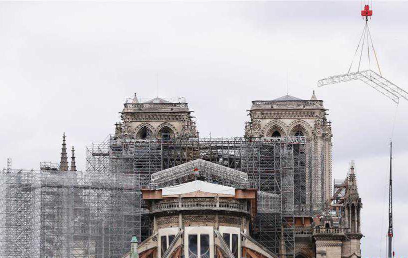 """法国考虑将""""按原样""""重建被烧毁巴黎圣母院塔尖"""