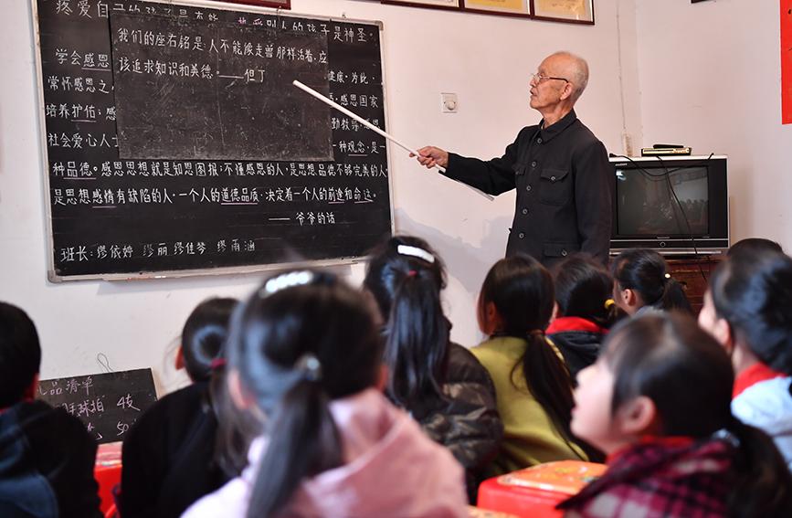 """和网游""""抢孩子"""" 南昌八旬老人义务课外辅导12年"""