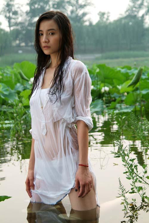 组图:小宋佳湿身写真性感诱人  时尚