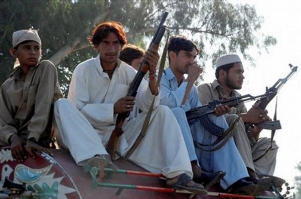 巴基斯坦购买中国版AK-47突击步枪武装民兵