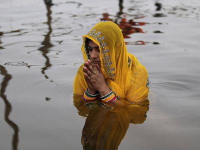 印度教徒在恒河沐浴庆祝佛浴节图片