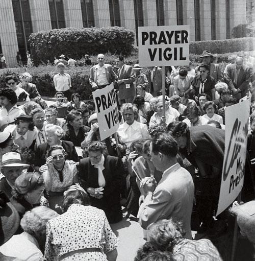 1953年6月,在罗森堡夫妇被执行死刑的一周年,洛杉矶不少美国民众