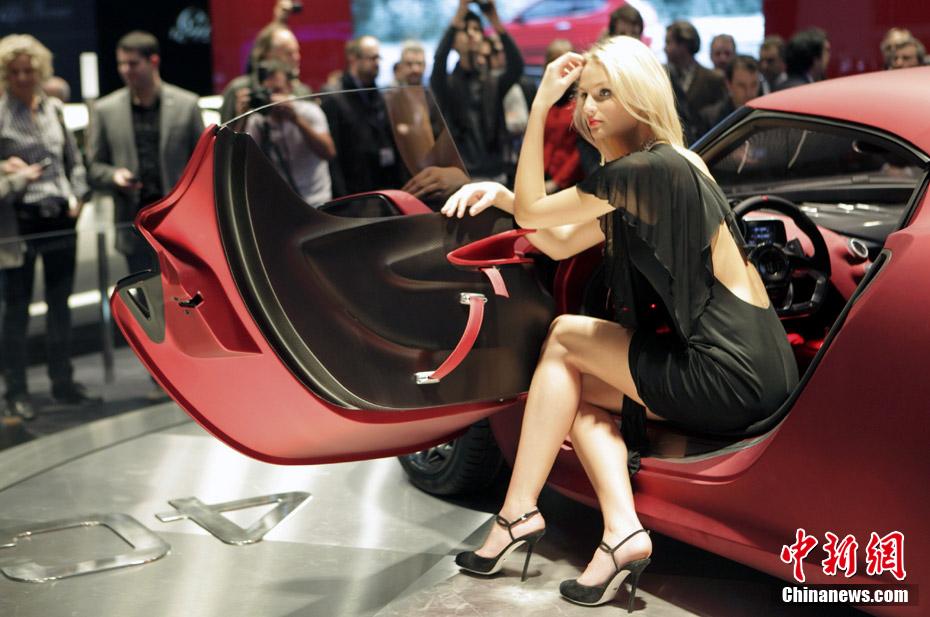 les belles h tesses du salon international de l 39 automobile de gen ve 2011. Black Bedroom Furniture Sets. Home Design Ideas