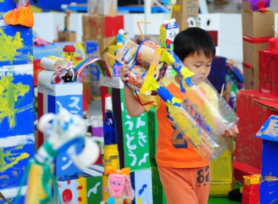 Japanese children make handicrafts of recycled meterials for Waste material handicraft