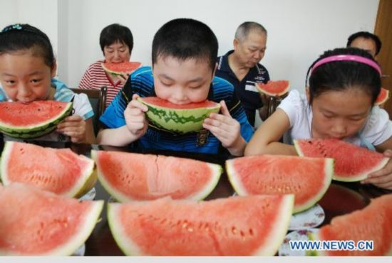 Babies eat watermelon to welcome autumn's coming - People ...