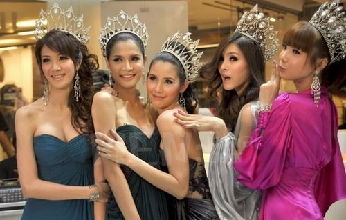 Contestants for the Miss Tiffany Universe competition, an annual beauty  contest for the transvestite community in Thailand. (Photo: fjsen.com)