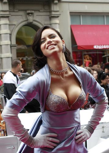 e0d595e9001ab Adriana Lima sparkles  2 mln Bombshell bra of Victoria s Secret (2) -  People s Daily Online