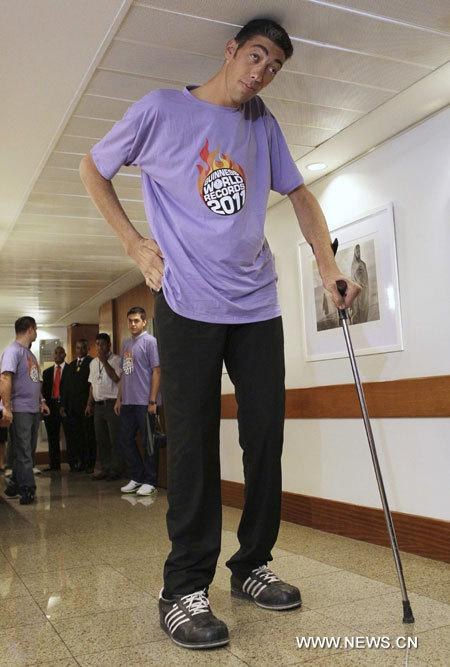 World's tallest man promotes Guinness World Records 2011 book