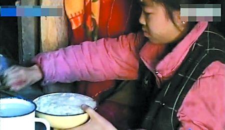 15岁的向世余一天要吃8顿饭