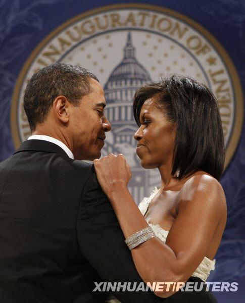 1月20日,美国总统奥巴马和夫人米歇尔在首都华盛顿举行的一场舞会上跳舞。奥巴马当天中午在华盛顿正式宣誓就任美国第44任总统。 新华社/路透