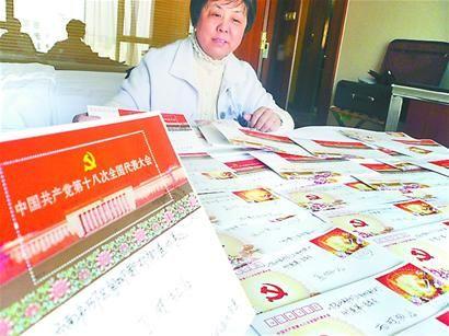 党代表陈叶翠借百张首日封传递喜庆 记者魏巍 迟焕东 摄