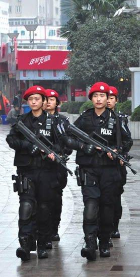 合肥/正在街头巡逻的女特警