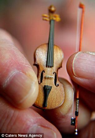 据英国《每日邮报》11月5日报道,英国一位名叫大卫 爱德华兹的音乐家放弃了自己的音乐事业,转而制作全世界体积最小的小提琴,每架售价高达1000英镑(约合人民币1万元)。