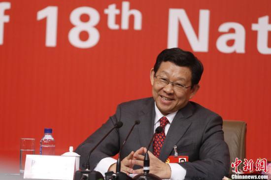 11月10日,十八大代表、商務部部長陳德銘在十八大新聞中心接受媒體採訪。中新社發 杜洋 攝
