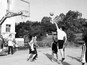 瞿诗涛/瞿诗涛拄着拐杖打篮球的照片感动了无数网友