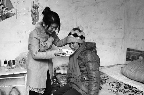 女孩带智商为1岁母亲上大学同学轮流照顾(图)