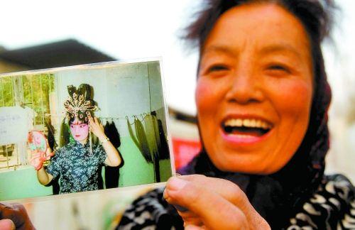 """刘小荣年轻时是一名漂亮的戏剧演员,现在已经因""""狗""""事容颜不再,但她仍然很乐观。"""