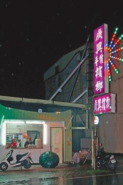 台湾 少妇/张姓男子从今年5月到6月间,到这家槟榔摊外学狗爬,还全裸进行...
