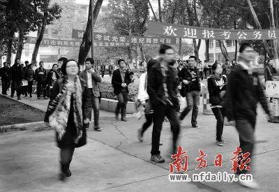王辉 广东/华南师范大学考点考生走出考场。南方日报记者王辉摄