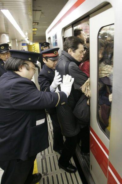 """东京地铁在高峰时段,车厢中的乘客会超过容载量的200%,地铁车门都难以关上。这时,就需要地铁""""推手""""及时出现,把人""""塞入""""车厢。现在,地铁""""推手""""已经成为东京地铁的一个固定工种。"""