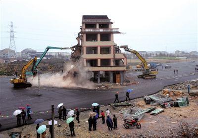 12月1日,浙江温岭最牛钉子户拆迁现场。新华社发