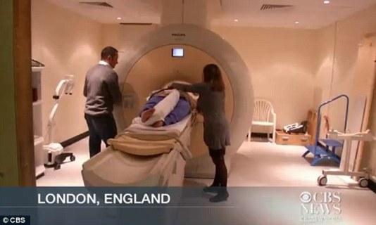 """核磁共振成像技术显示,一对双胞胎在妈妈肚子里拳脚相向""""掐架"""""""