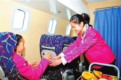 宁夏/小空姐服务起来像模像样。
