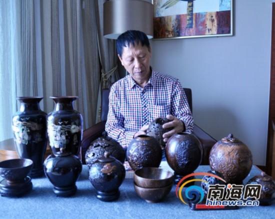 椰雕老人张型富的椰雕作品 南海网记者 赵卉 摄