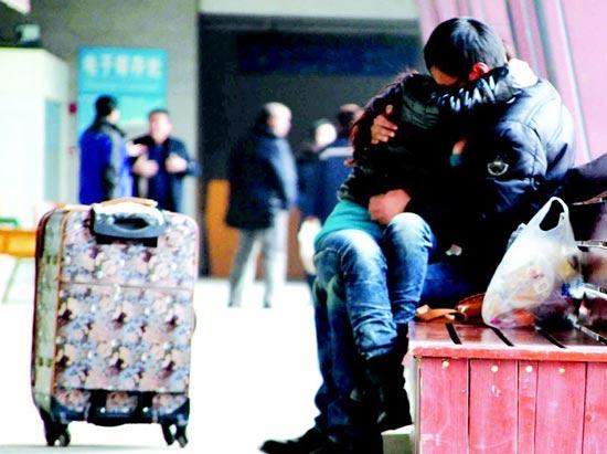 图为:年轻男女火车站前激吻