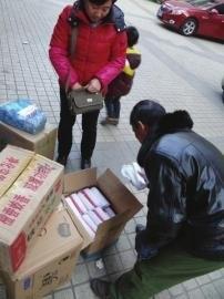 12月5日,隆昌市民正在购买蜡烛。
