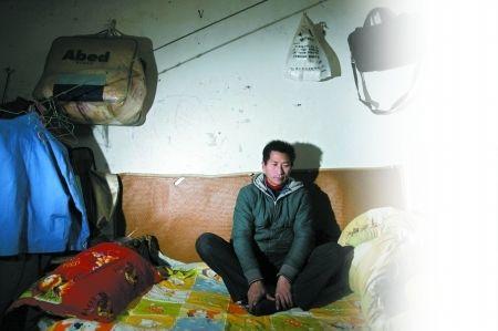 """两年前,41岁的重庆垫江籍木工王明轻信2012年世界末日谣言,以致他一直无心工作,并拿出11万余元积蓄及时行乐,过上了""""倒数日子""""的生活,表面上活得轻松惬意,实际上是烦闷不已。"""