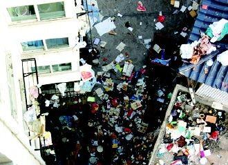 2012年9月26日零时许,呼和浩特玉泉区五塔花园内,一名20多岁的女子不停往楼下扔东西,有家用电器,还有一些贵重财物。
