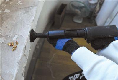 陶冉/射钉枪被改造成可以射出空包弹。本报记者陶冉摄...