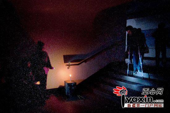 工作人员用手电和蜡烛为行人照明.图/实习生 金峤 摄