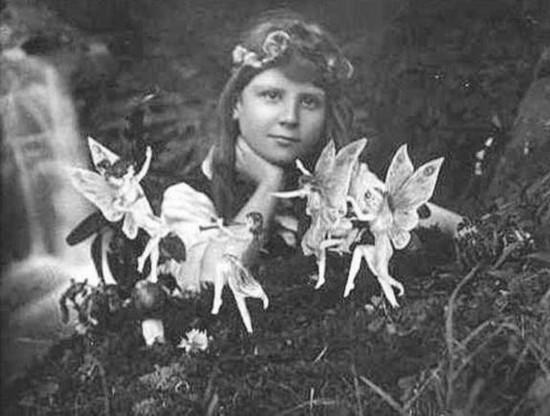 """1917年在英国西约克郡拍摄的""""科汀勒伊镇精灵"""",照片是由一名16岁女孩和她10岁堂弟拍摄的,他们声称看到了这些长着小翅膀的精灵,并与它们在一起玩耍。但几十年之后,谎言便不攻自破,她们坦言这些照片是虚假的,是将剪裁好的精灵图案用大帽针拴在植物叶子上。"""