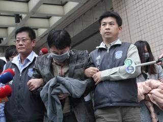 """叶男(左2)开公司吸金5亿多元后逃到台湾,台当局""""移民署""""掌握情资逮人,17日讯后遣返大陆。图片来自台媒"""