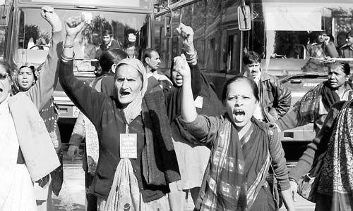 18日,印度妇女走上街头呼吁保障妇女安全。