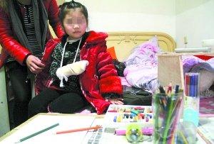 4岁女孩上课说话被老师打手心致软组织挫伤