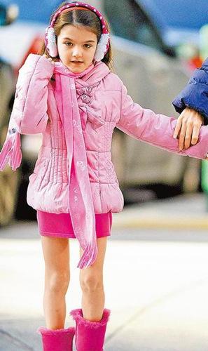 她日前随妈妈外出,从发箍、耳罩、围巾、羽绒外套、短裙到脚上的毛图片