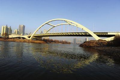 一座钢箱 系杆拱桥 金雁黄河大桥30日正