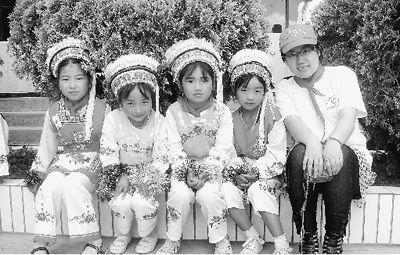 黄帅和当地留守儿童过六一儿童节。