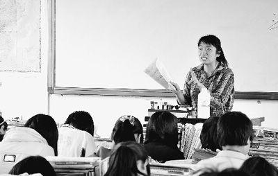 张莉娟在教课。