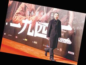 冯小刚从巨幅海报前走过 新华社发