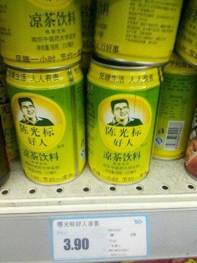 """超市货架上的""""陈光标好人""""凉茶"""