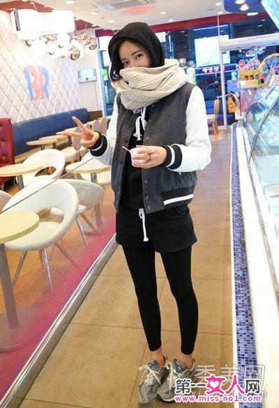 灰白拼接休闲外套搭配米色围巾