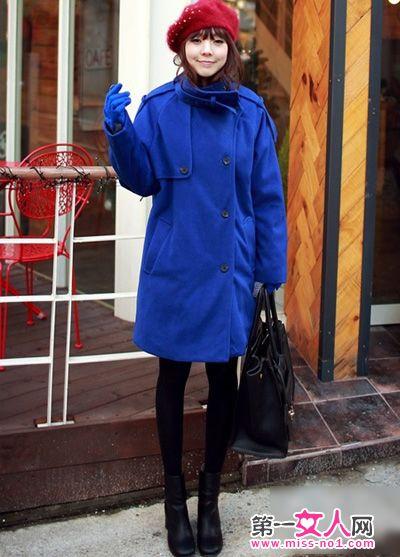 与钴蓝色呢子大衣的撞色搭配