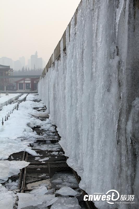 [提要] 喷泉广场最南端的浮雕墙,墙上的浮雕上结了一层冰,变成了冰雕,十分有趣。喷泉广场最南端的浮雕墙,墙上的浮雕上结了一层冰,变成了冰雕,十分有趣。提醒前去大雁塔北广场游玩的市民,广场内的椅子可以放心的坐下休息或观景。